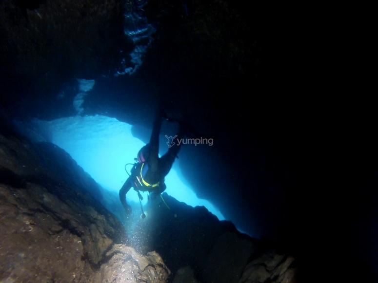 探索萨洛水下洞穴