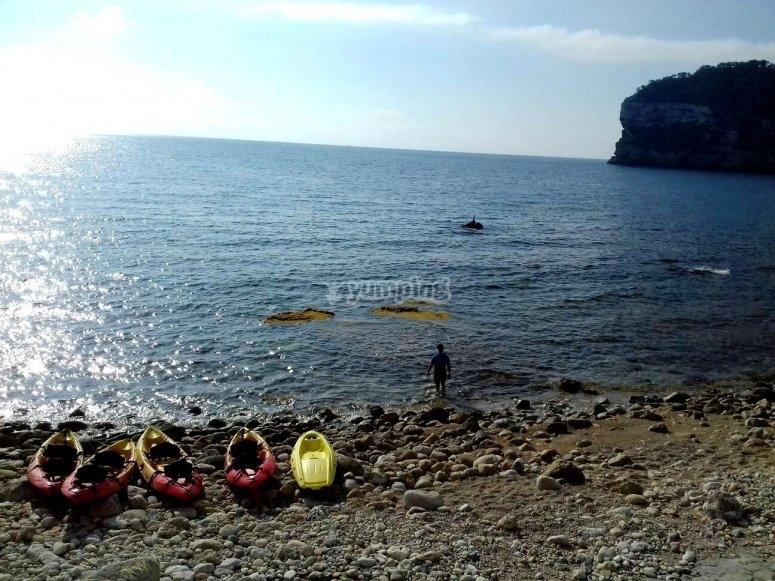 Kayaks en la orilla cala Barraca