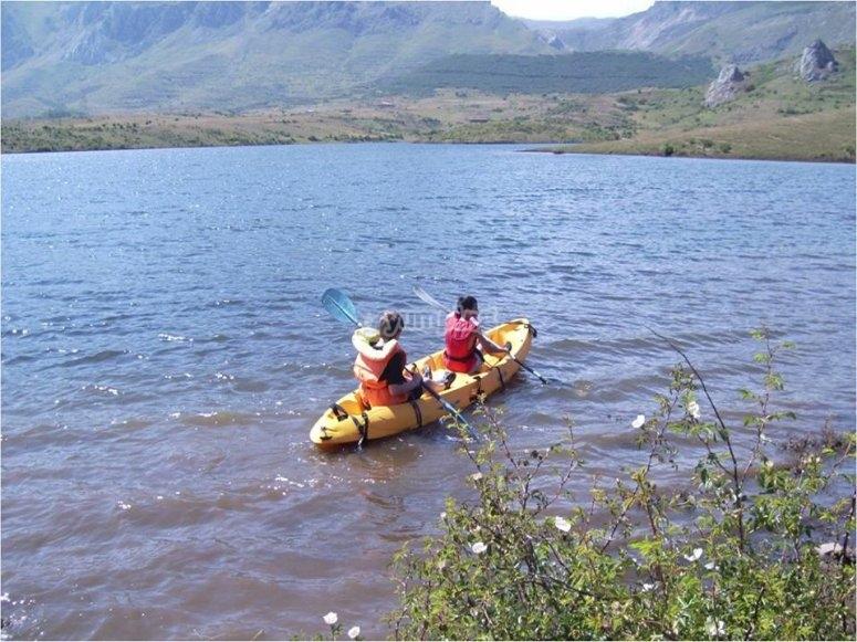 Piragua en el lago