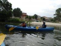 Remando en el kayak biplaza
