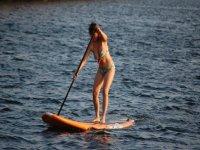 donna che impara a praticare il paddle surf