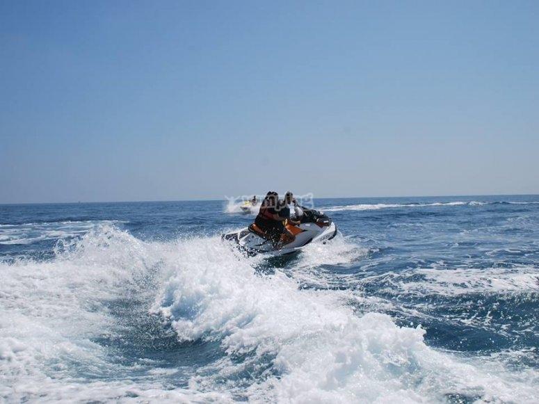 Disfrutando a motor de las olas