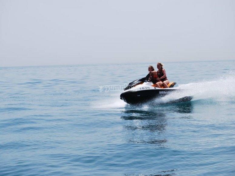 Con mi acompañante a bordo de moto de agua