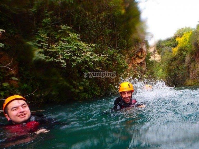 Nadando en poza de agua del barranco