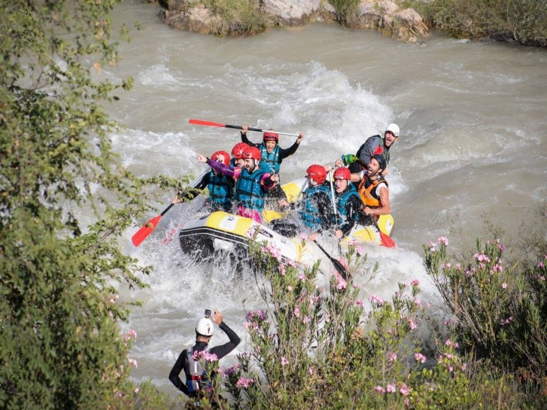 Superando tramos de rápidos rafting
