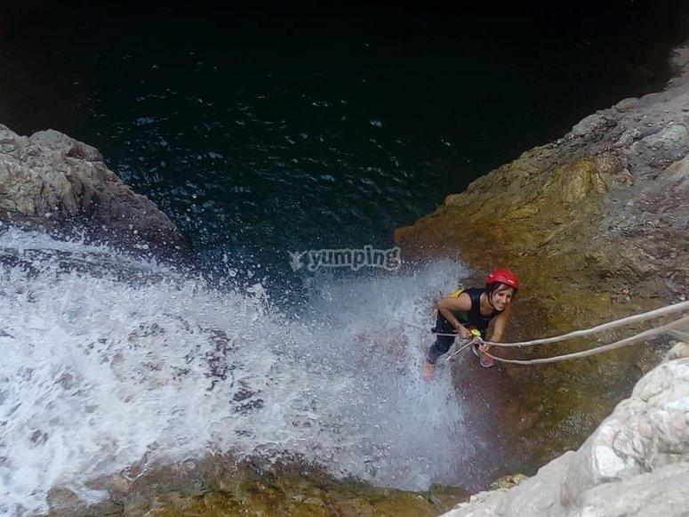 Rápel al borde de cascada