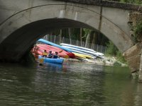 Kayak pasando bajo el puente