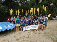 Posando junto a los kayaks