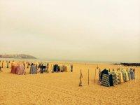 playa de gijon llena de casetas