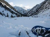 Tirado en la nieve con las raquetas de nieve