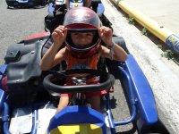 Peque con casco en el kart