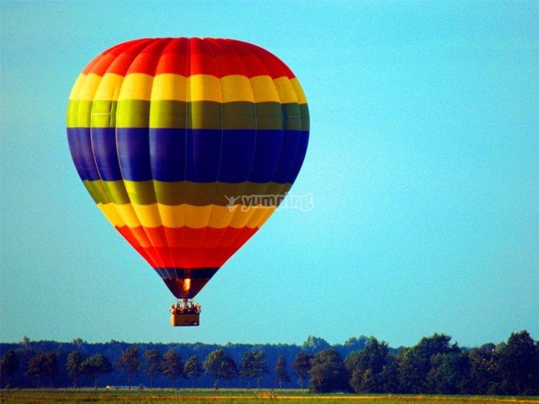 Disfrutando de un vuelo en globo