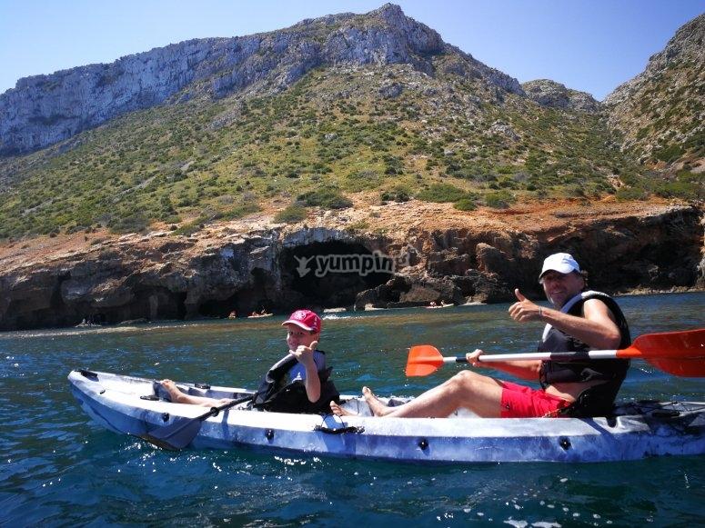 Practicando kayak con Montgó de fondo