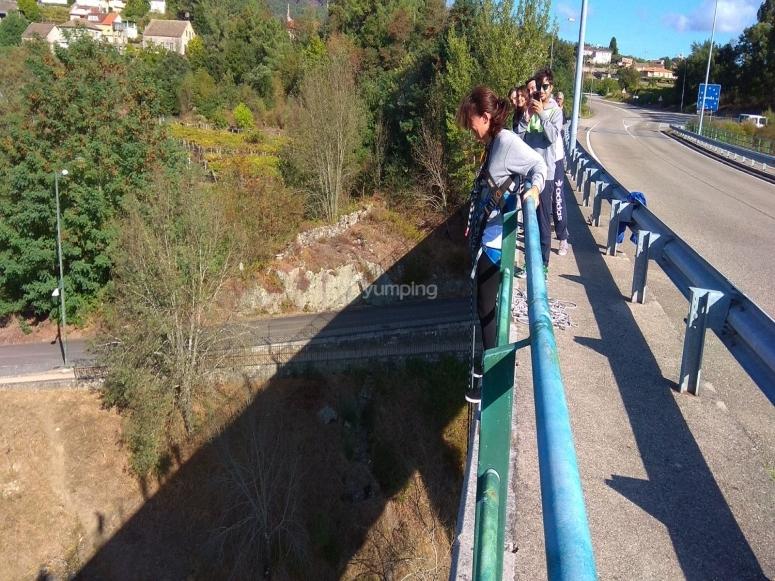 Sujeta al puente antes de saltar