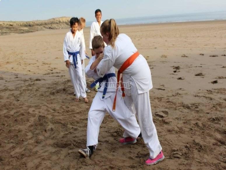 Practicando kenpo en la playa