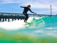 chico surfeando en las olas del cantabrico