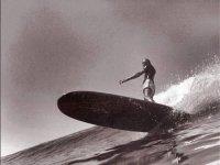 hombre surfeando en el cantabrico