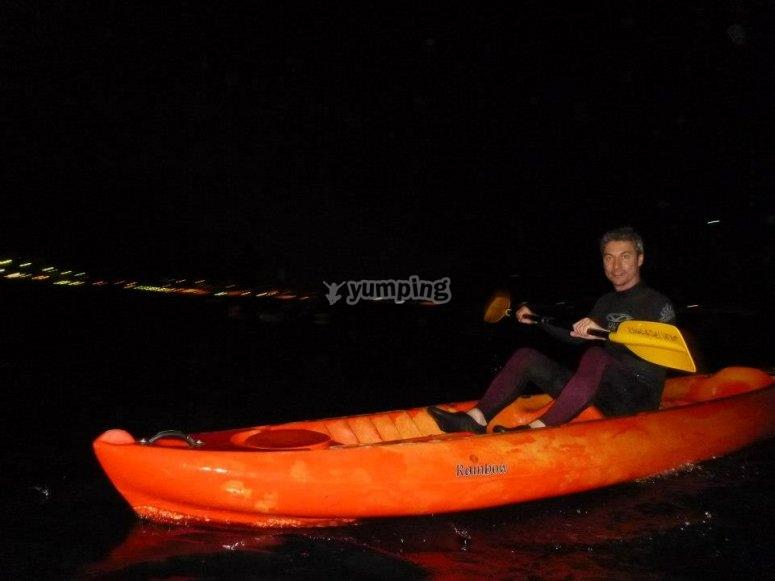 夜间皮划艇