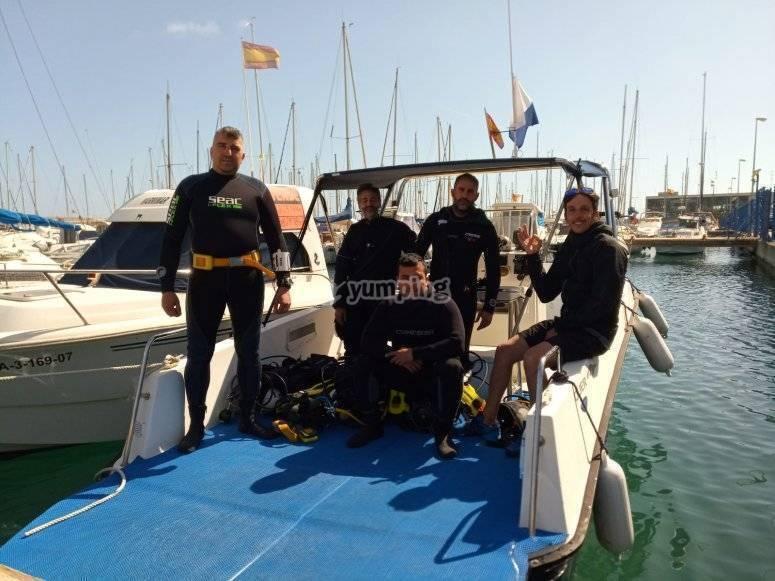 从船上的塔拉戈纳潜水出发