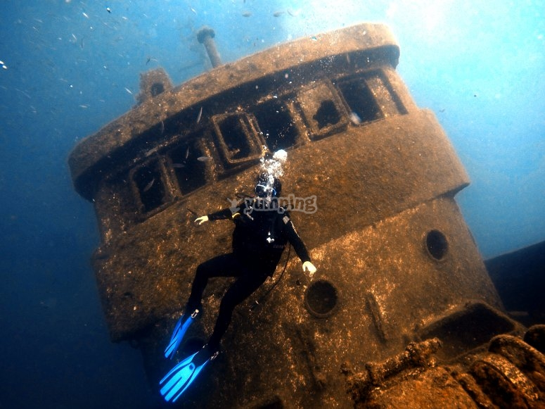 Buceando entre barcos hundidos