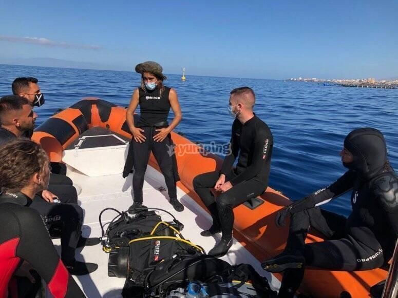 Briefing de Buceo en el barco antes de bucear en Los Cristianos