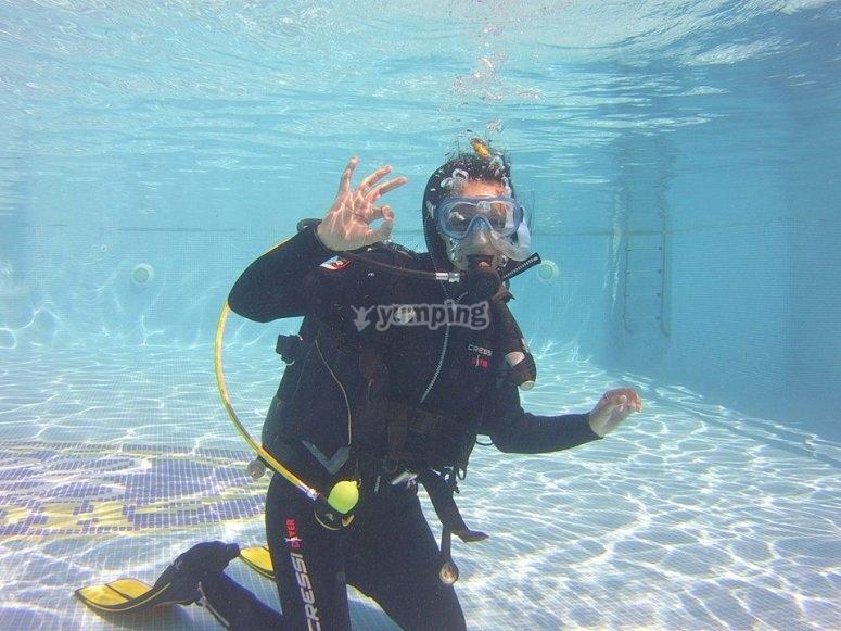 在泳池中潜水