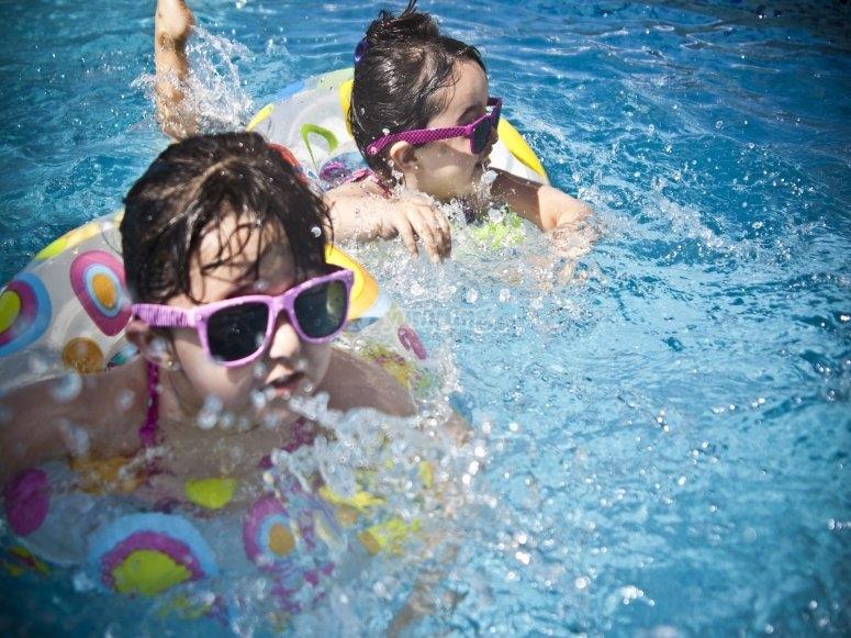 Niños dándose un baño en la piscina