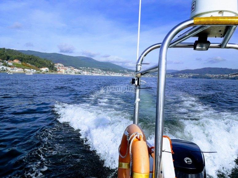 Paseo en barco por océano Atlántico