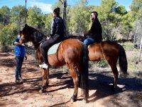 Clase previa antes de empezar a montar a caballo en Valencia