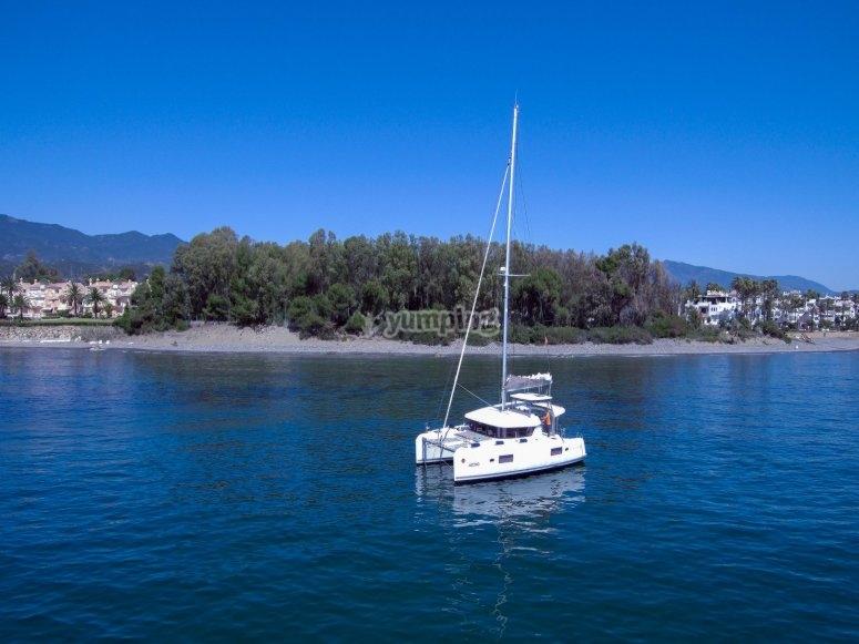Catamarán Lagoo 420 fondeado en Estepona