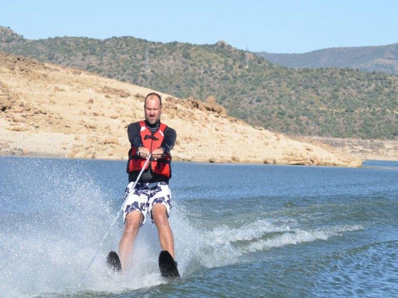 Cogiendo velocidad con los esquís acuáticos