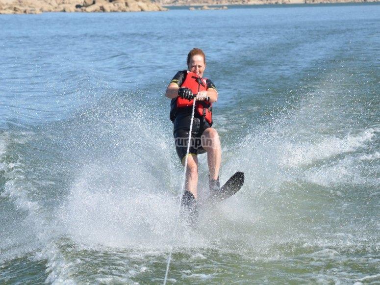 Sujeto a la cuerda con los esquís acuáticos