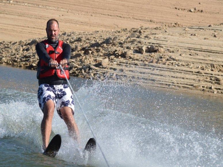 Practicando esquí acuático en El Barraco