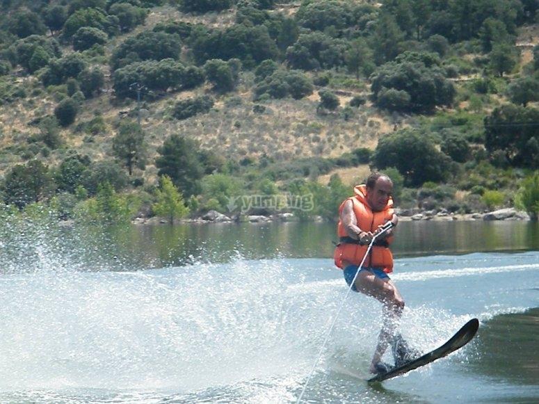Tomando velocidad sobre la tabla de wakeboard