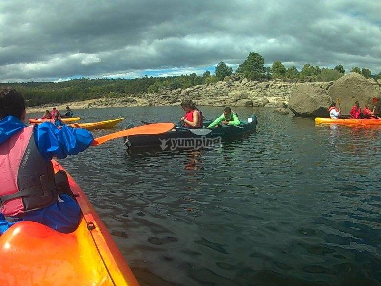 在平静的水域租用独木舟1小时