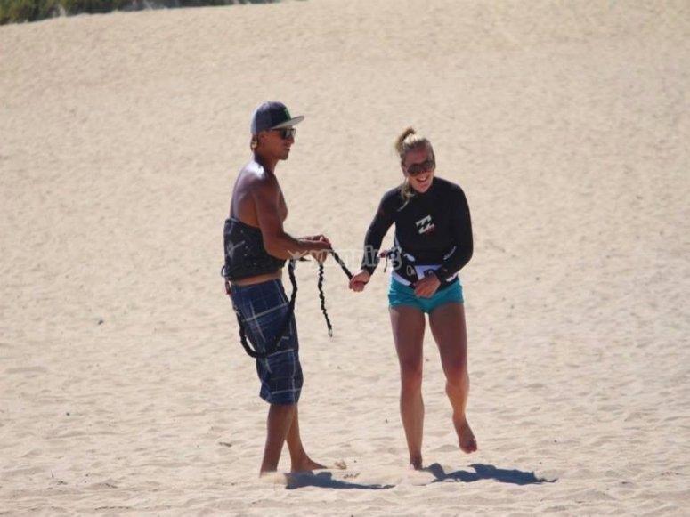 Instructor de windsurf y alumna