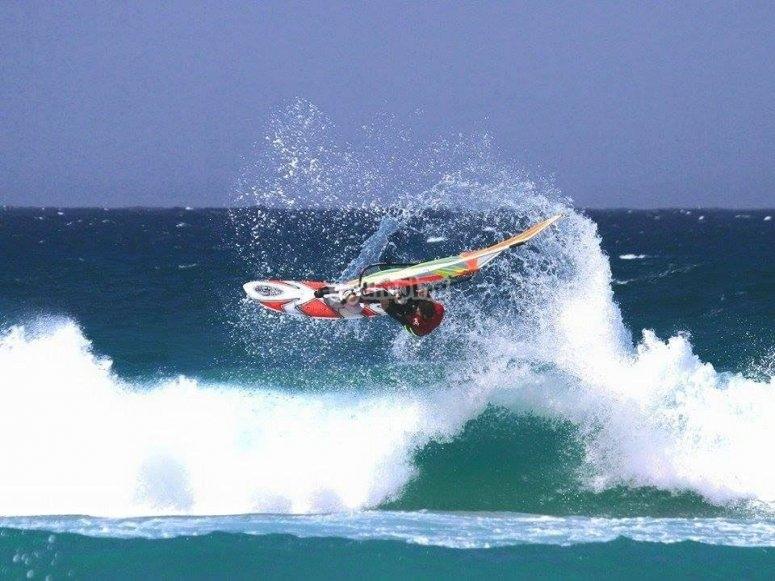 Practicando windsurf en curso
