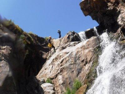 在 Calzadillas 河中溪降 1 级