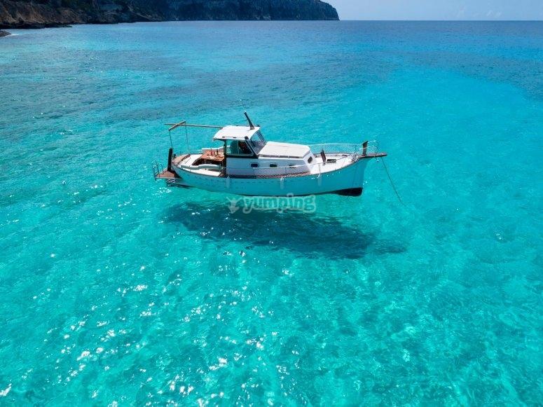 Llaüt sobre aguas del Mediterráneo