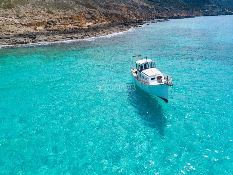 Vista aérea de embarcación tradicional
