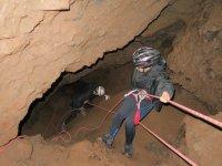 Descenso con cuerda en la cueva