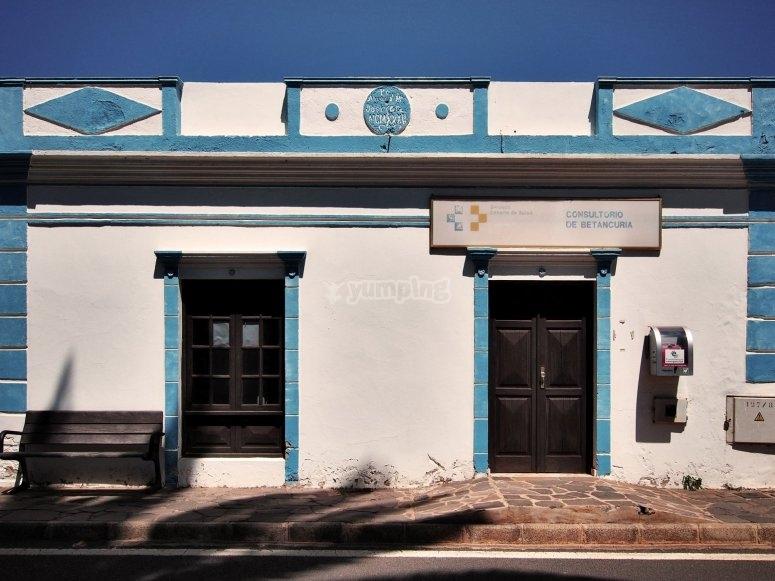 Casas de fachada blanca y puertas azules