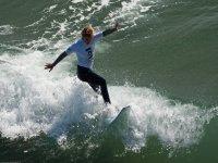 chica haciendo surf