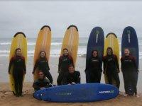 Apoyadas en las tablas de surf