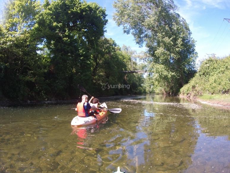 Paseando en canoa por el Miera