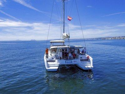 在私人双体船上乘船4小时