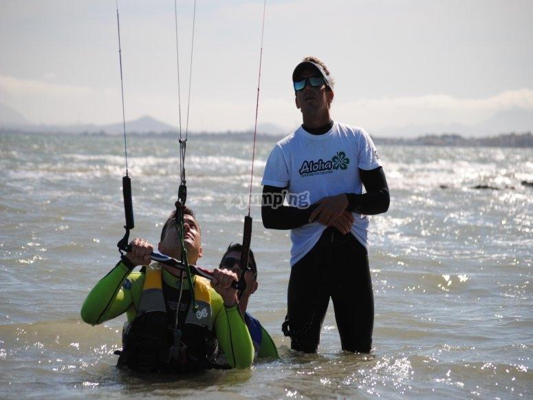 Clase de kitesurf con instructor profesional