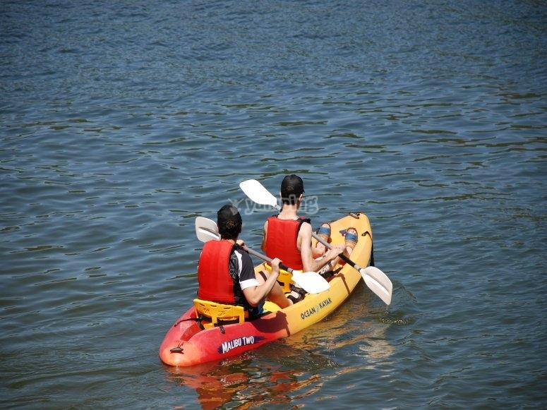 几个朋友在圣胡安沼泽划皮艇