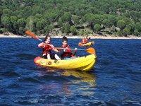 Canoa para niños en embalse de San Juan