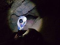 Descenso en la cueva con monitor